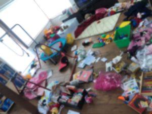 臨時休校で暇を持て余した子供達が部屋中に荷物を散らばしてぐちゃぐちゃに荒れたリビングの様子